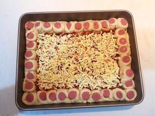 香肠苹果披萨,均匀的撒上一层芝士碎