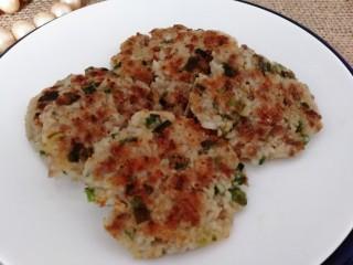 煎藕饼,用锅铲托起放入盘中,外酥里嫩,营养丰富。