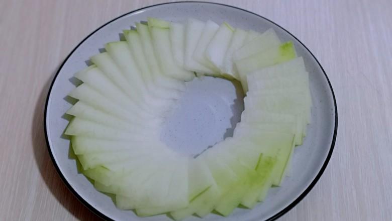 虾蓉蒸冬瓜,摆盘,记得中间留出空间哈,也可以根据个人喜欢,自由发挥。
