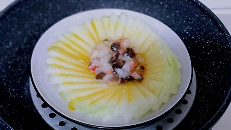 虾蓉蒸冬瓜,入蒸锅,隔水蒸,上汽后转中小火15分钟即可出锅。