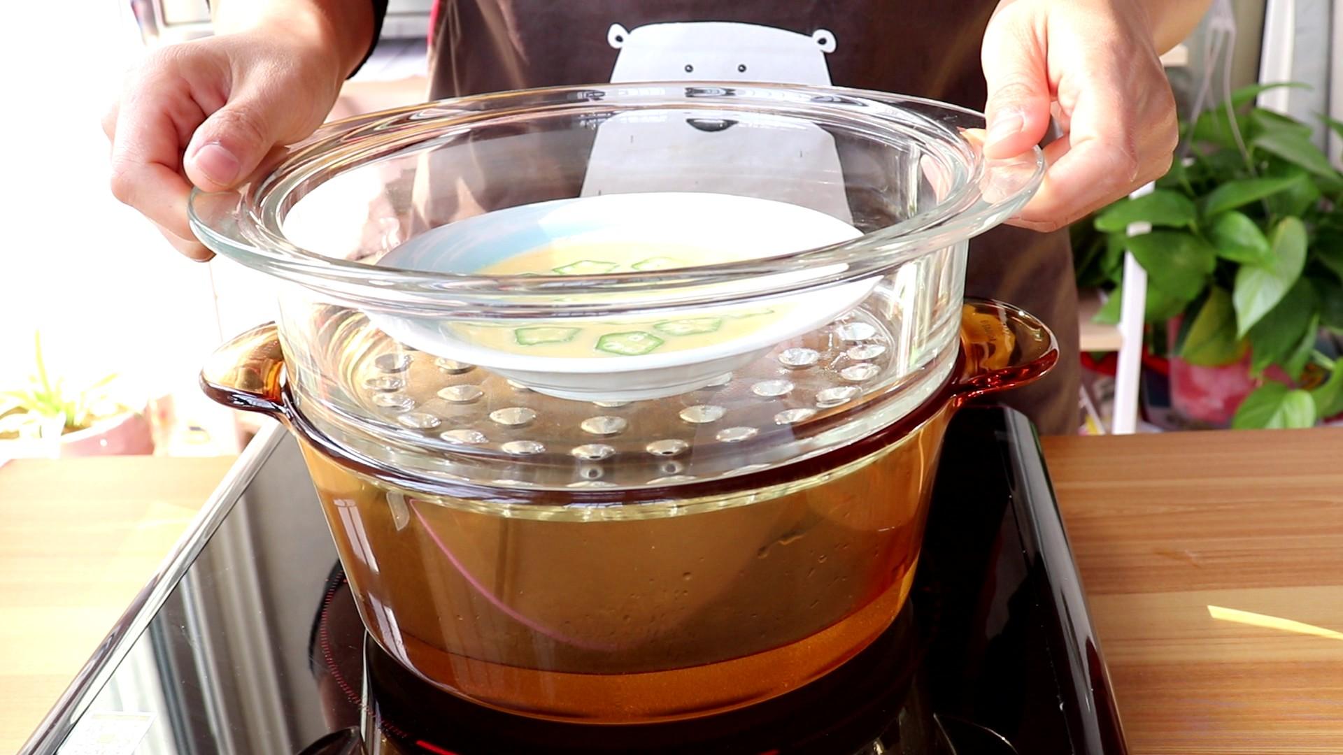 秋葵蒸蛋,冷水上锅,顶部盖盘子,防止锅盖上的水蒸气滴到蛋液中,影响鸡蛋的成型</p> <p>