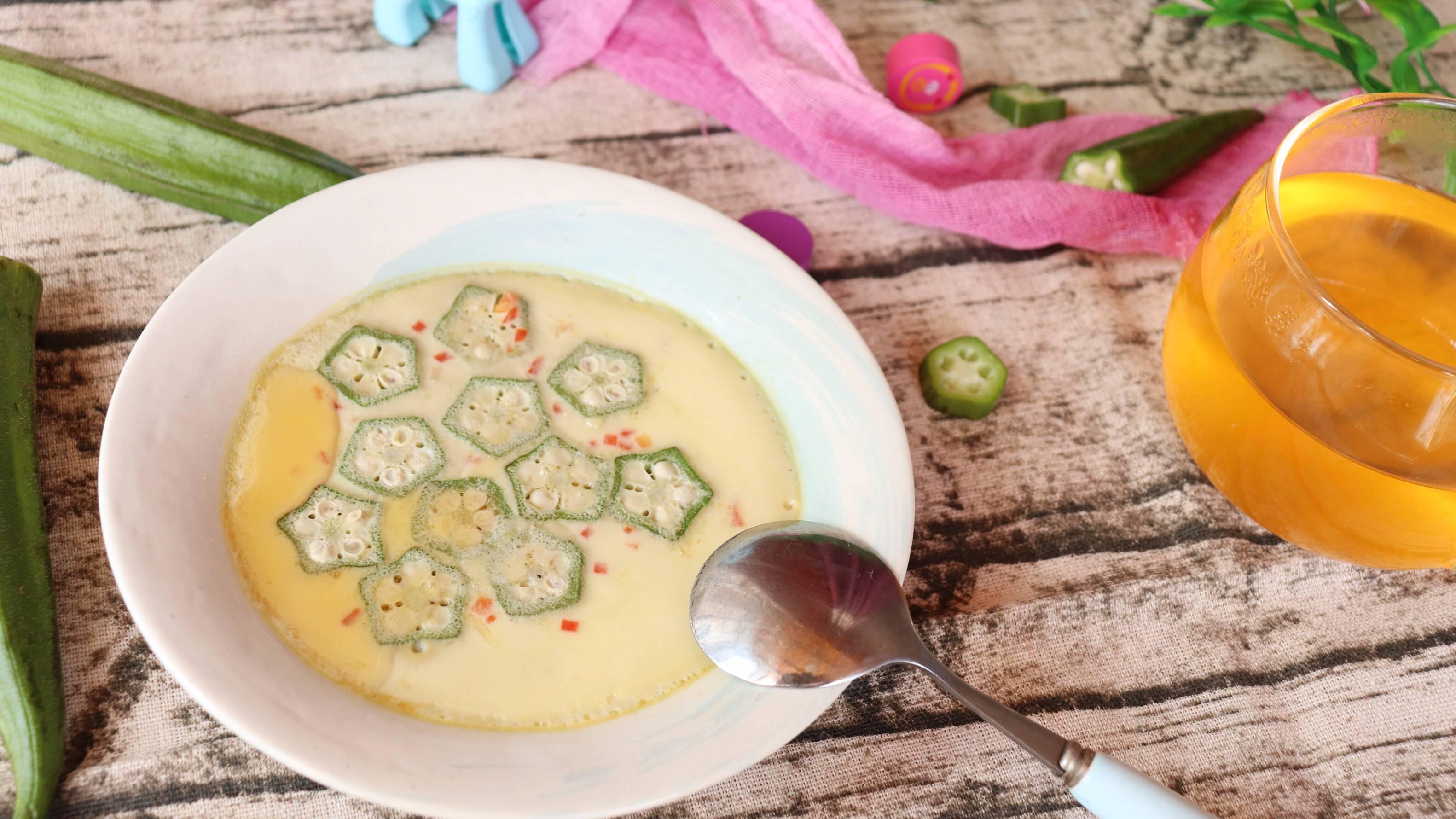 秋葵蒸蛋,蒸蛋加些自制银鱼粉,虾皮粉,香菇粉等,不仅提味,营养也更加丰富呢!</p> <p>