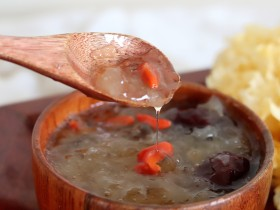 超级拉丝红枣桃胶银耳汤