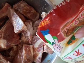 粉蒸排骨,取出放入蒸肉米粉拌匀