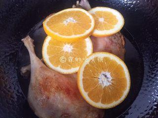 橙香鸭腿,随后放入切好的橙片