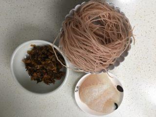 酸菜鱼米线,准备食材。
