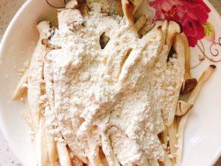 杏鲍菇吃出肉的味道-椒盐杏鲍菇,倒入30克油炸粉。