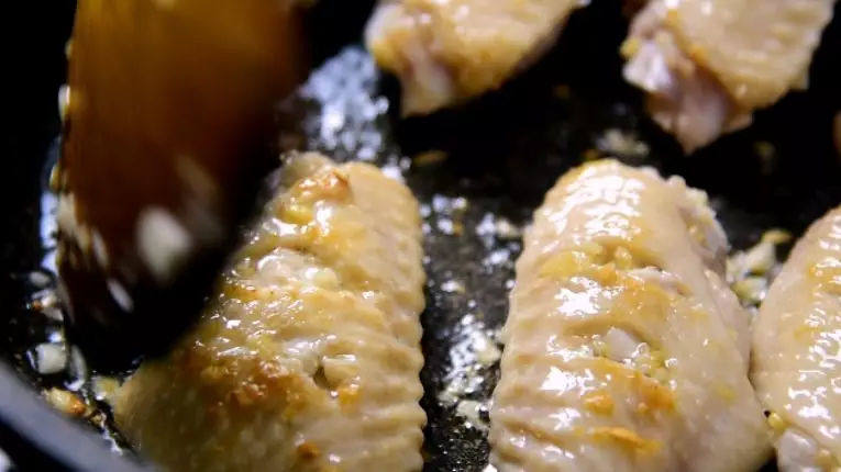 蜜汁鸡翅的家常做法,香嫩口感,抵不住的美味诱惑,炒香后倒入鸡翅,煎炒至两面金黄