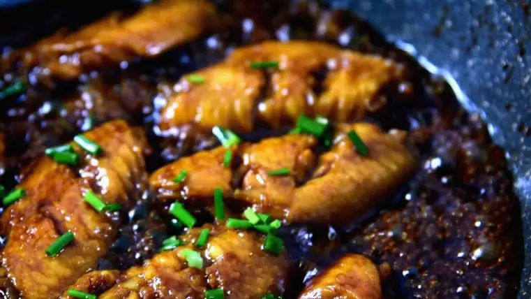 蜜汁鸡翅的家常做法,香嫩口感,抵不住的美味诱惑,开盖转大火收汁,出锅前撒上葱花即可