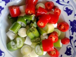 宫保鸡丁,大葱跟美人椒各自切圈。
