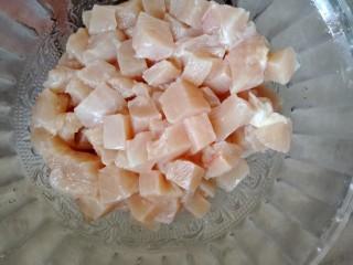 宫保鸡丁,鸡脯肉切丁。冲水洗净。用厨房吸水纸把水分吸干。
