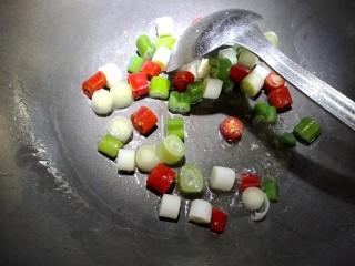 宫保鸡丁,锅内放入少许色拉油,把大葱美人椒放入煸香。