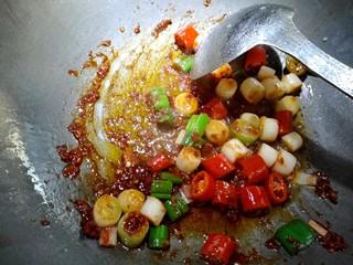 宫保鸡丁,再放入适量红油豆瓣酱,炒出红油。
