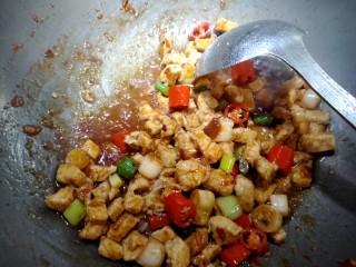 宫保鸡丁,放入鸡丁,适量盐,鸡精,白胡椒粉,料酒,老抽。大火炒入味。