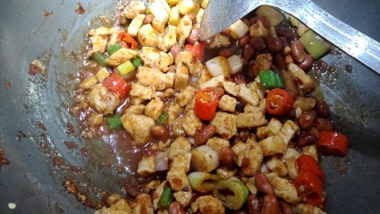 宫保鸡丁,最后放入花生米,勾芡出锅。