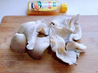 比肉还好吃的鸡汁炒平菇,平菇去根,再撕成小块。(手撕即可)