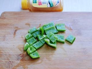 比肉还好吃的鸡汁炒平菇,将甜椒洗干净,切小块。(块不要切的太大)