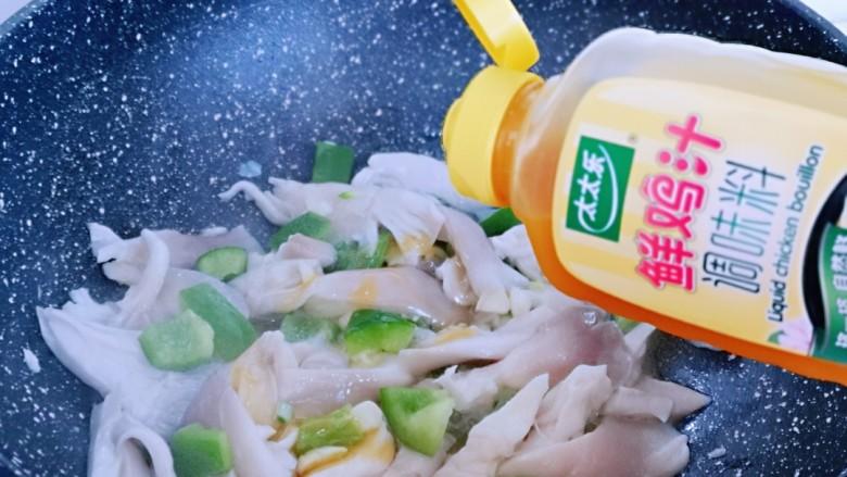 比肉还好吃的鸡汁炒平菇,加入鲜鸡汁,再加入半小碗纯净水,也可以按可以喜欢调味。