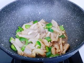 比肉还好吃的鸡汁炒平菇,中小火炒至,将平菇炒熟即可出锅。