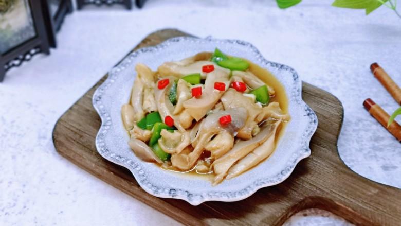 比肉还好吃的鸡汁炒平菇,盛出装盘,撒上切切好的红辣酱做装饰。