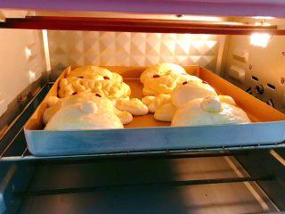 圣诞系列之驯鹿面包,放入预热好的烤箱中层170度烤15分钟