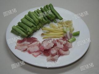 豆角焖面,豆角撕去老筋,去头尾切段。五花肉切薄片,生姜切粗丝,葱白切段,大蒜切碎。