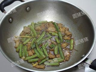 豆角焖面,直至汤汁剩约1/4时,加入鸡精。