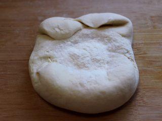 养胃营养的豆沙花样包,面板上放上食用碱和少许面粉、馒头好不好吃在于要把面团揉至扩展到细腻光滑。