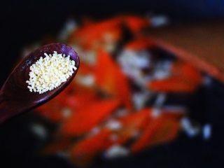 荷兰豆笔管蛸小炒,再加入鸡精提鲜。