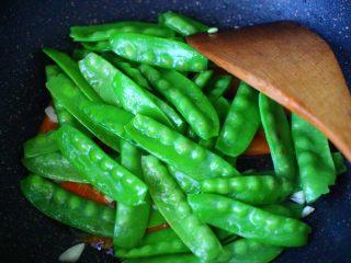 荷兰豆笔管蛸小炒,这个时候就可以加入焯水后的荷兰豆。