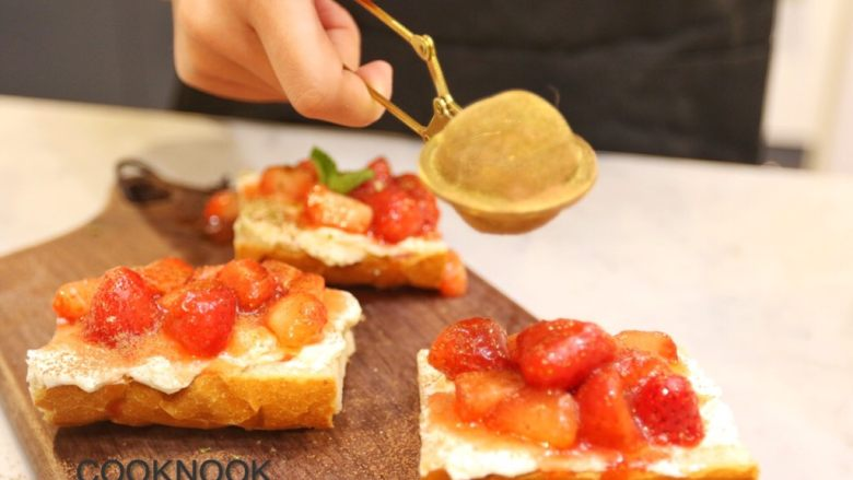 草莓奶酪法棍,撒上可可粉