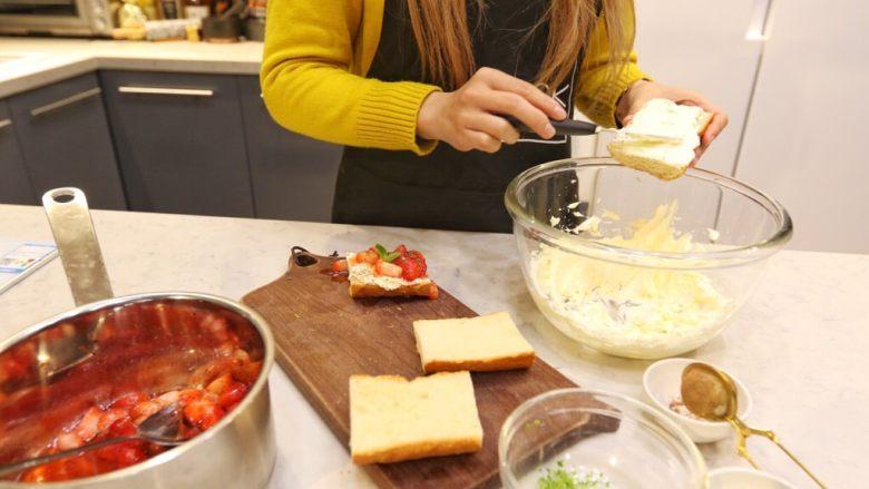 草莓奶酪法棍,芝士奶油摸在法棍片上