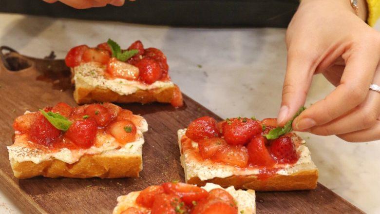 草莓奶酪法棍,薄荷叶做装饰