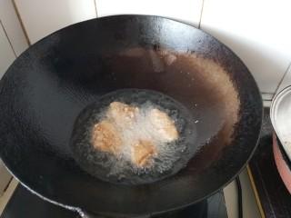 咸蛋黄焗鸡翅,放入鸡翅炸到表皮酥脆