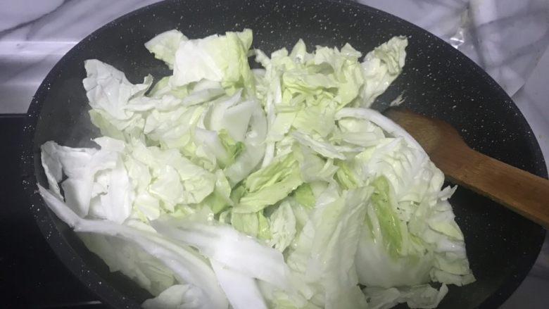 简简单单家常白菜,再继续放入洗干净的白菜