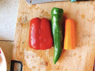 能吃两碗饭的下饭菜-宫保鸡丁,准备青尖椒、胡萝卜、红彩椒,清洗干净。