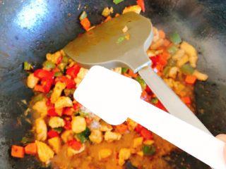 能吃两碗饭的下饭菜-宫保鸡丁,加入1勺糖。(因拌饭酱和酒鬼花生本身会咸,就不另外加盐)