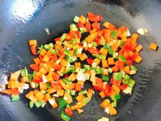能吃两碗饭的下饭菜-宫保鸡丁,倒入青尖椒、红彩椒、胡萝卜炒2分钟,炒香。