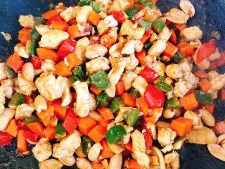 能吃两碗饭的下饭菜-宫保鸡丁,翻炒收汁后即可出锅。