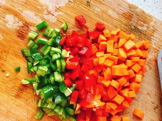 能吃两碗饭的下饭菜-宫保鸡丁,全部切成丁。