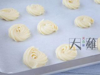 最简单的烘焙:黄油曲奇,铺一张烤纸,将饼干液挤到烤盘上