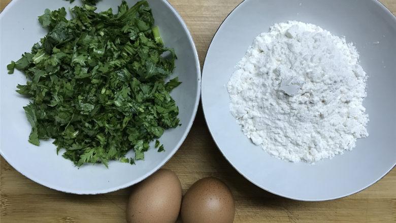 茼蒿鸡蛋饼,准备好材料,茼蒿切成小段。