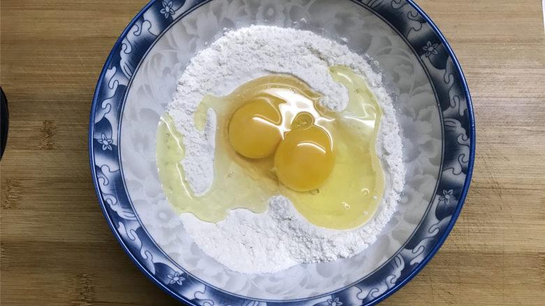 茼蒿鸡蛋饼,<a style='color:red;display:inline-block;' href='/shicai/ 519'>面粉</a>放入大碗中,加入少许的盐拌匀,再把2个<a style='color:red;display:inline-block;' href='/shicai/ 9'>鸡蛋</a>打入。