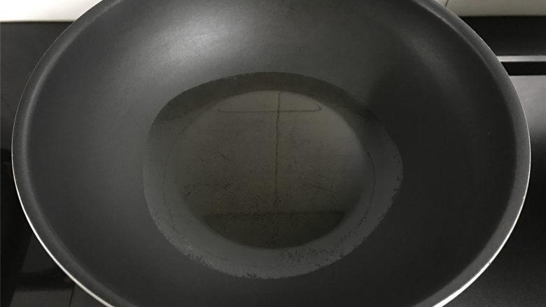 茼蒿鸡蛋饼,锅中倒入适量油润锅。