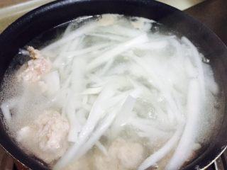 萝卜肉丸汤,放入肉丸,煮至肉丸浮起(大概10分钟)