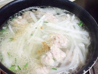 萝卜肉丸汤,放入适量胡椒粉