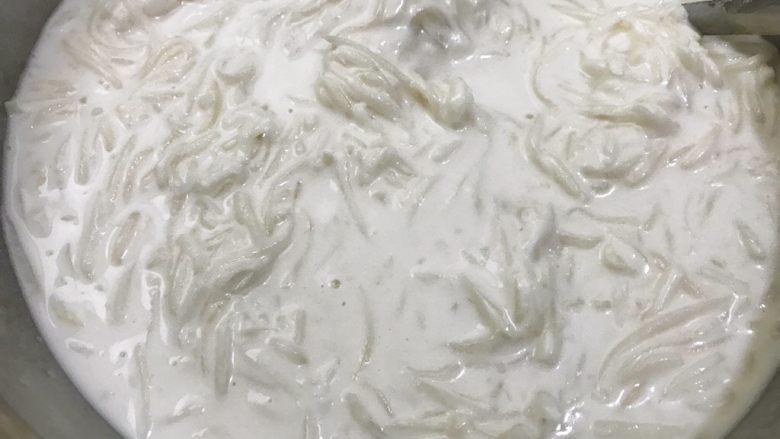 广式萝卜糕,重新搅拌均匀粉浆,把沸腾的萝卜丝趁热倒入粉浆里搅拌均匀