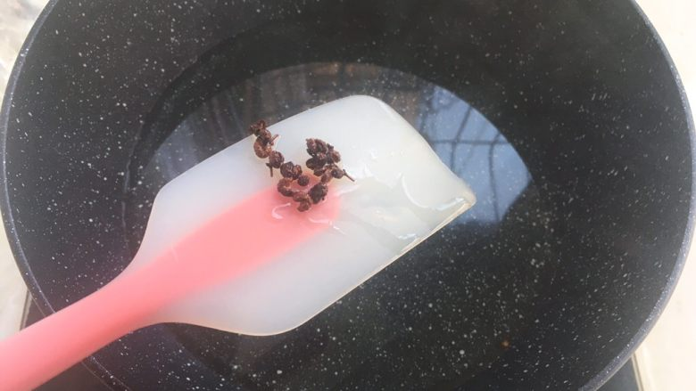 香菇牛肉辣椒酱,之后用筷子将花椒夹出来扔掉