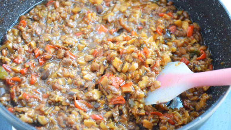 香菇牛肉辣椒酱,将汤汁收干,牛肉酱熬浓稠即可关火