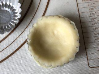 可爱圣诞帽子塔,将面皮按压在蛋挞模具上,去除多余部分